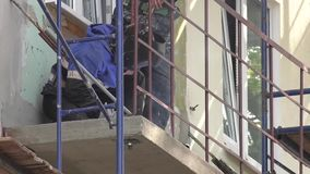 Soldadura profesional de bastidores de balcones y de logias Los trabajadores trabajan en un emplazamiento de la obra metrajes