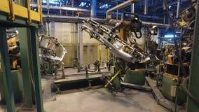 Soldadura robótica en la fábrica del coche, haciendo a la carrocería, ala del coche, taller interior metrajes