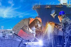 Soldadura y corte del trabajador para la reparación de la nave en astillero fotos de archivo libres de regalías