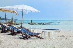 Soldagdrivare och strandparaplyer på stranden på Koh Samet Thail Royaltyfri Foto