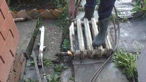 Soldando o trabalho, envolve o gás o radiador velho filme