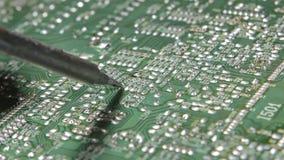 Soldando um eletrônico pelo ferro de solda video estoque