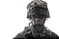 Soldat équipé d'armée avec le tir sale de studio de visage images stock