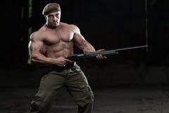 Soldat Aims Machine Gun Stockfoto