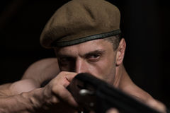 Soldat Aims Machine Gun Stockfoto