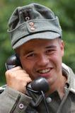 Soldat allemand avec le téléphone. Photographie stock