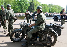 Soldat allemand sur la motocyclette Photo stock