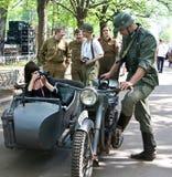 Soldat allemand sur la motocyclette photo stock