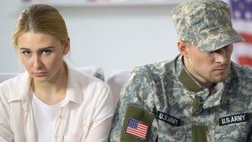 Soldat américain malheureux et amie triste regardant in camera, séparation de couples banque de vidéos