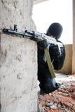 Soldat armé orientant la cible image libre de droits