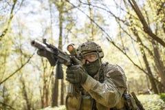 Soldat auf Aufgabe im Holz stockfoto