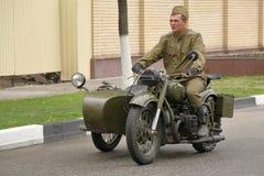Soldat auf einem schweren Beiwagenmotorrad IMZ-Ural M-62 Pyatigorsk, Russland Stockfotos