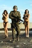 Soldat avec deux jeunes femmes Image stock