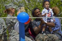 Soldat avec l'enfant dans le quatrième du défilé de juillet Photo libre de droits