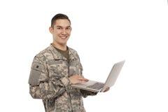Soldat avec l'ordinateur portable Photo stock