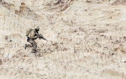 Soldat avec la carabine seul fonctionnant par le désert images libres de droits