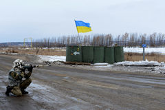 Soldat avec un fusil au point de contrôle l'ukraine Photographie stock libre de droits