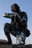 Soldat avec un fusil orientant la cible photographie stock libre de droits