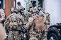 Soldat avec un sac à dos médical images stock