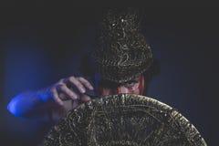 Soldat, bärtiger Mannkrieger mit Metallsturzhelm und Schild, wild Lizenzfreies Stockfoto