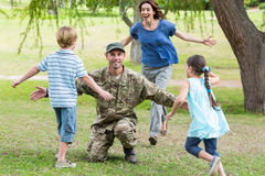 Soldat beau réuni à la famille Photographie stock libre de droits