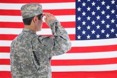 Soldat-begrüßenamerikanische Flagge Stockfotos