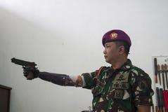 Soldat With Bionic Hand i Indonesien Arkivbilder