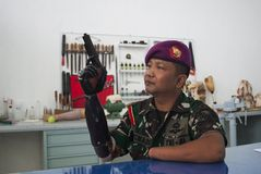 Soldat With Bionic Hand i Indonesien Royaltyfria Bilder