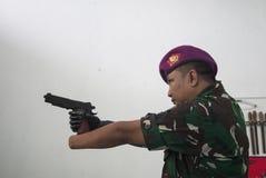 Soldat With Bionic Hand i Indonesien Royaltyfri Bild