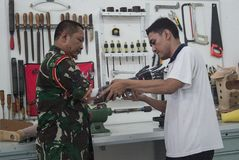 Soldat With Bionic Hand in Indonesien Lizenzfreie Stockfotografie