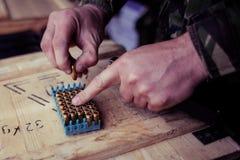 Soldat chargeant une cartouche de calibre de 9mm photos libres de droits