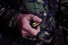 Soldat chargeant une cartouche de calibre de 9mm photographie stock libre de droits