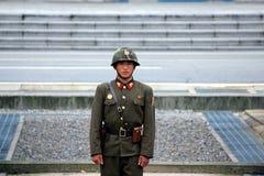 Soldat coréen du nord au cadre vers la Corée du Sud photographie stock