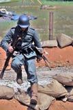 Soldat courant à la reconstitution de bataille de Nivelle de hache-viande Photos stock