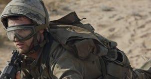 Soldat courant sur une colline de sable pendant le combat, sous le feu banque de vidéos