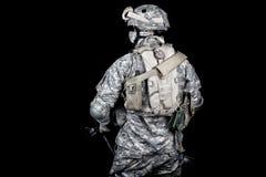 Soldat d'armée équipé pour la mission dans le secteur de désert Photographie stock libre de droits