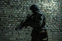 Soldat d'armée avec des armes photographie stock