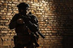 Soldat d'armée avec des armes photographie stock libre de droits