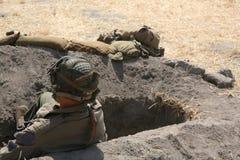 Soldat d'armée dans le trou de tirailleur Photographie stock libre de droits