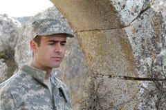 Soldat d'armée pleurant pendant une mission d'outre-mer images stock