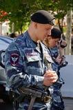 Soldat d'OMON sur la rue de ville Rostov-On-Don, Russie Le 9 mai 2013 Image libre de droits