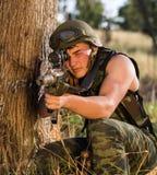 Soldat dans l'uniforme avec l'arme Photographie stock libre de droits
