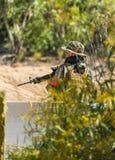 Soldat dans l'uniforme avec l'arme Images stock