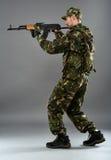 Soldat dans l'uniforme avec la mitrailleuse Photographie stock