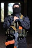 Soldat dans le canon noir d'AK-47 de fixation de masque image libre de droits