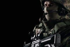 Soldat dans le casque sur le fond noir photo stock