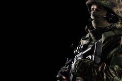 Soldat dans le casque sur le fond noir photographie stock