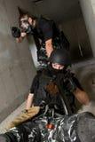 Soldat dans le masque de gaz sauvegardant son associé photos libres de droits