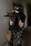 Soldat dans le masque noir visant avec le fusil d'AK-47 photo stock