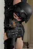Soldat dans le masque noir visant avec le fusil d'AK47 images stock